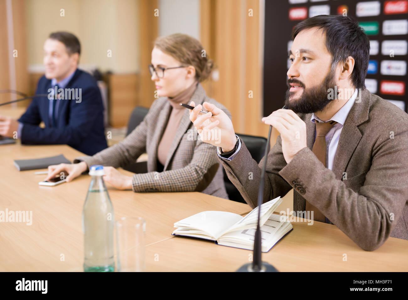 Asiatische Geschäftsmann auf der Pressekonferenz Stockbild