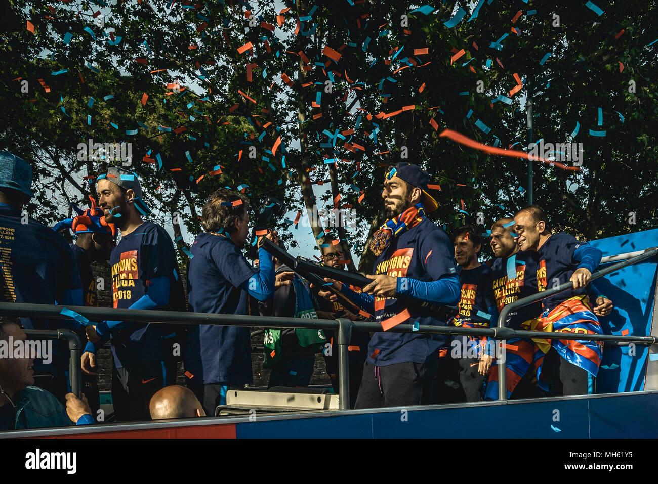 Barcelona, Spanien. 30 April, 2018: die Spieler des FC Barcelona und des technischen Personals während des FC Barcelona Open Top Bus Siegesparade nach dem Gewinn der LaLiga mit ihrem achten Double in der Vereinsgeschichte Credit: Matthias Oesterle/Alamy leben Nachrichten Stockfoto