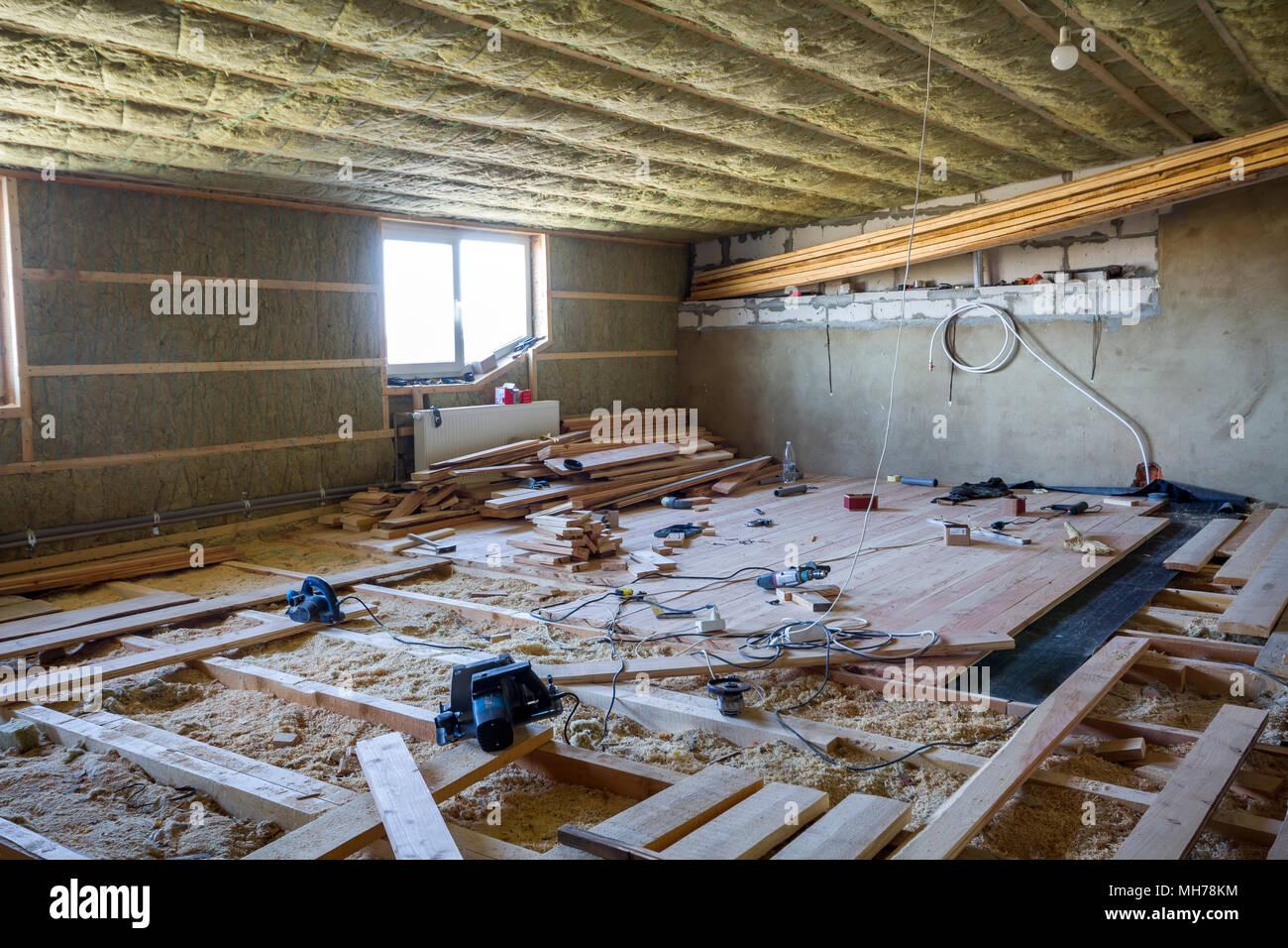 Große, geräumige helle leere Zimmer im Dachgeschoss im Bau und