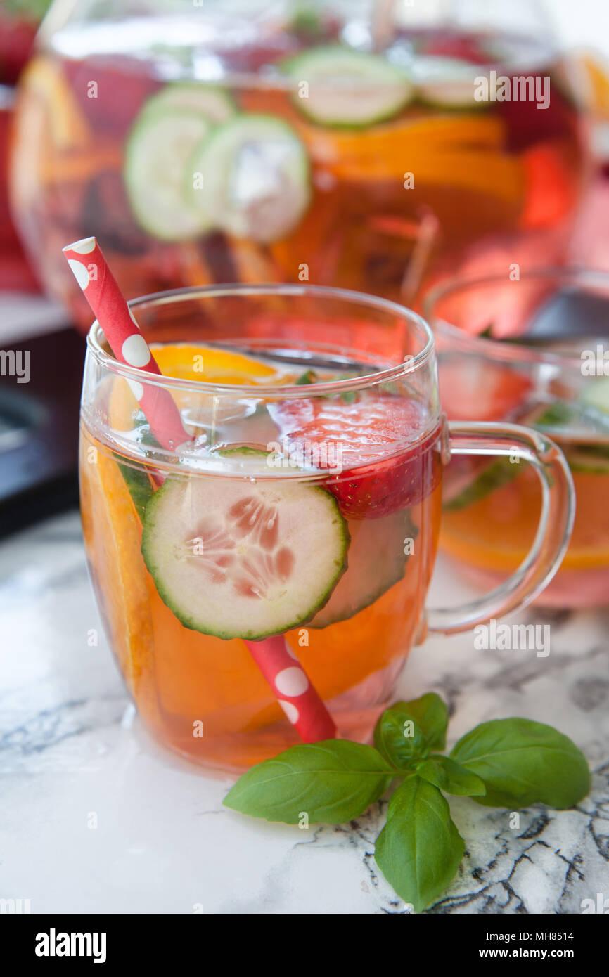 Hausgemachte Früchtebowle mit Erdbeere, Orange und Gurke Stockfoto