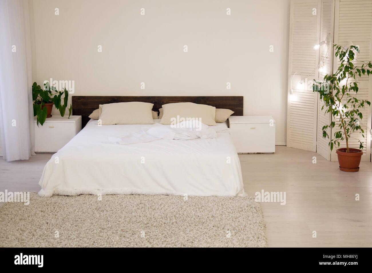 Bett und grünen Pflanzen in Weiß Schlafzimmer Stockfoto, Bild ...