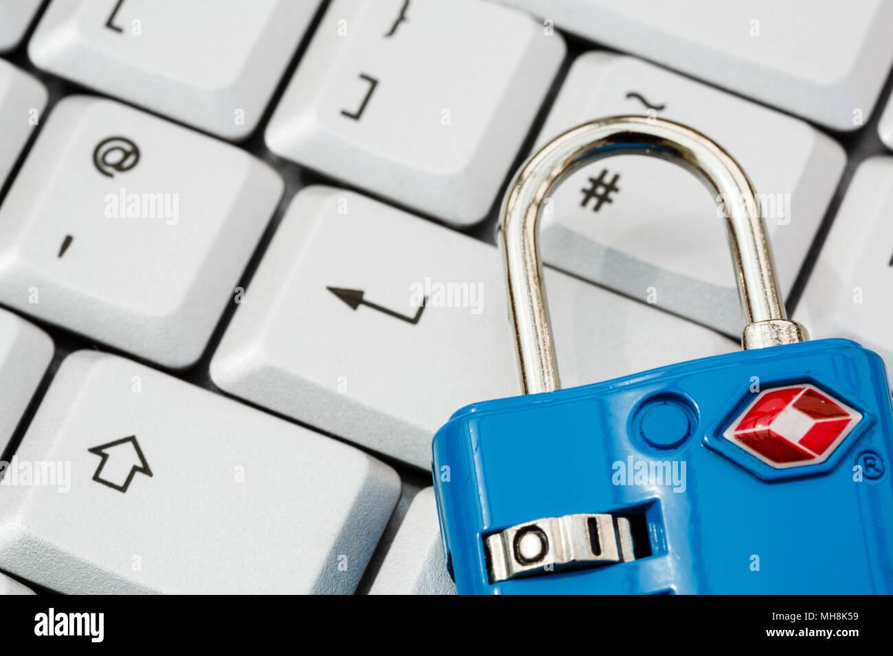 Eine Tastatur mit Key eingeben und ein TSA Vorhängeschloss online Cyber Security und Datenschutz Konzept zu veranschaulichen. Auf Vorhängeschloss konzentriert. England, Großbritannien, Großbritannien Stockbild