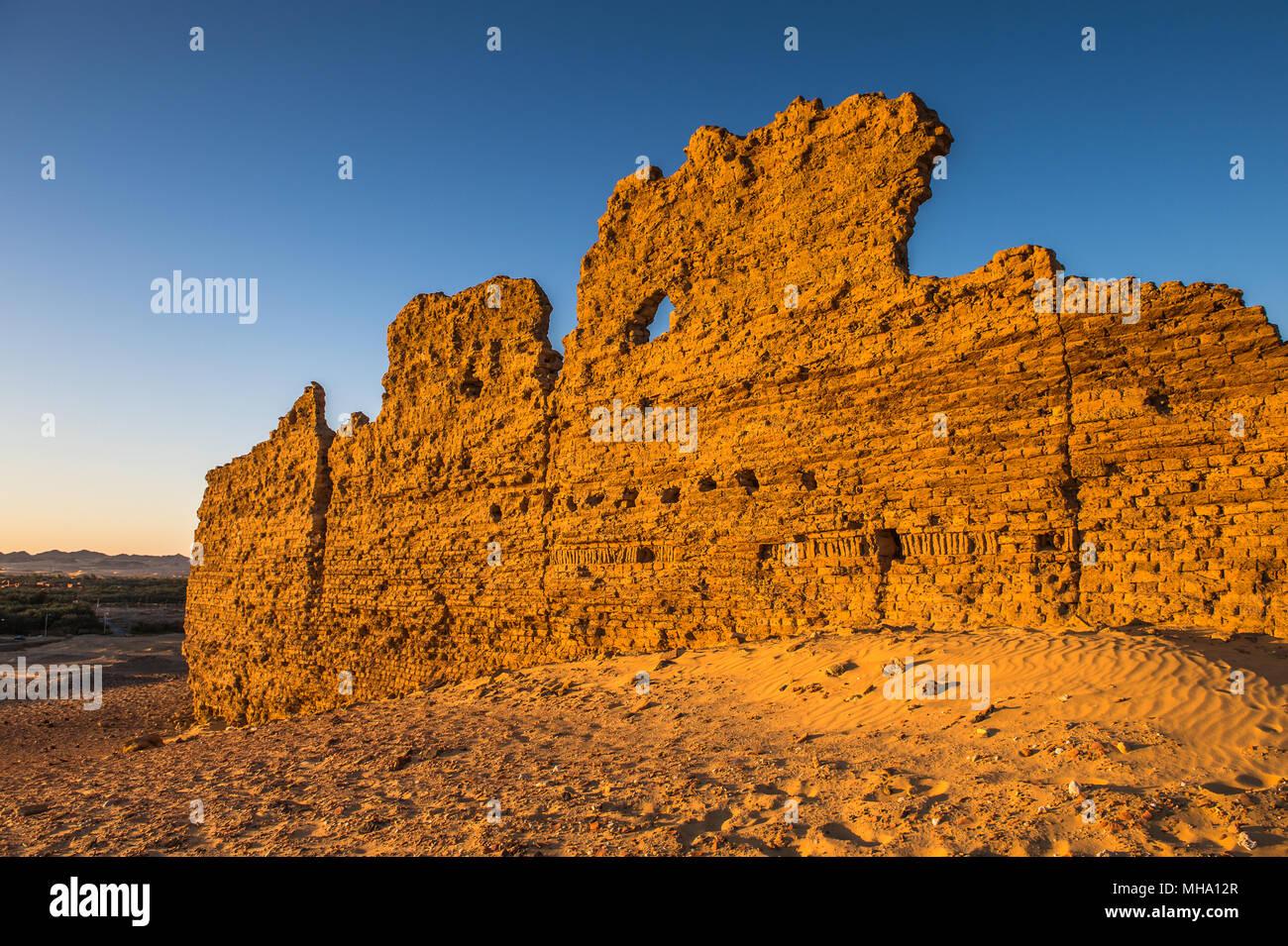 Ruinen der Kharga Nadora Tempel in der Wüste von Ägypten Stockbild