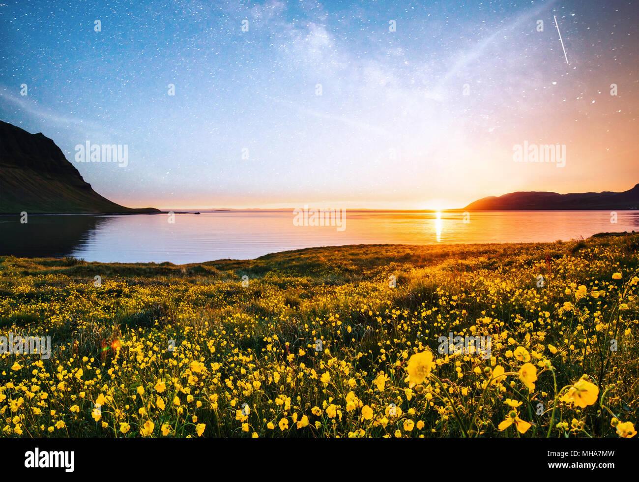 Den malerischen Sonnenuntergang über Landschaften und Wasserfällen. Kirkjufell Berg, Island Stockbild