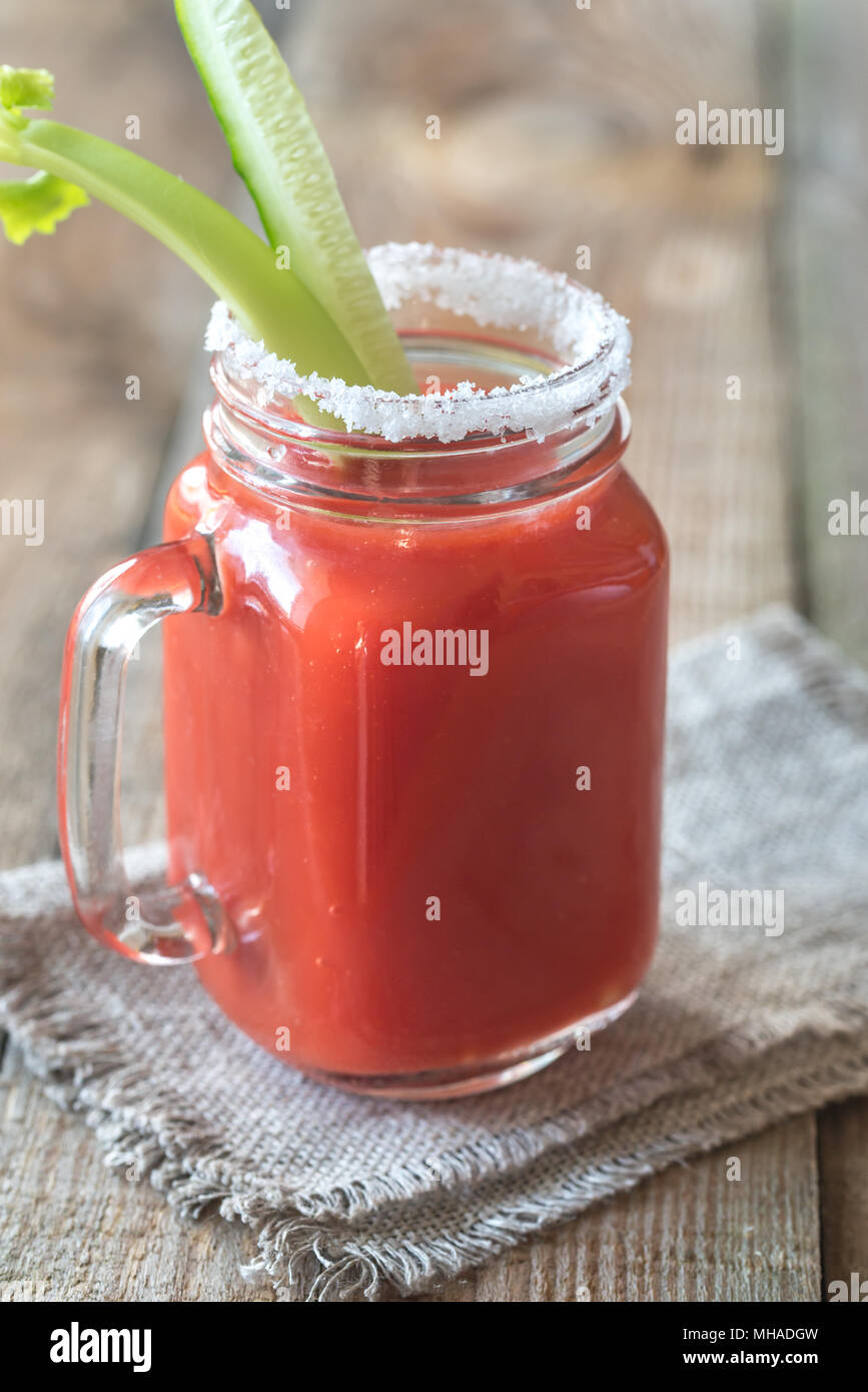 Tomatensaft in das Marmeladenglas Stockfoto