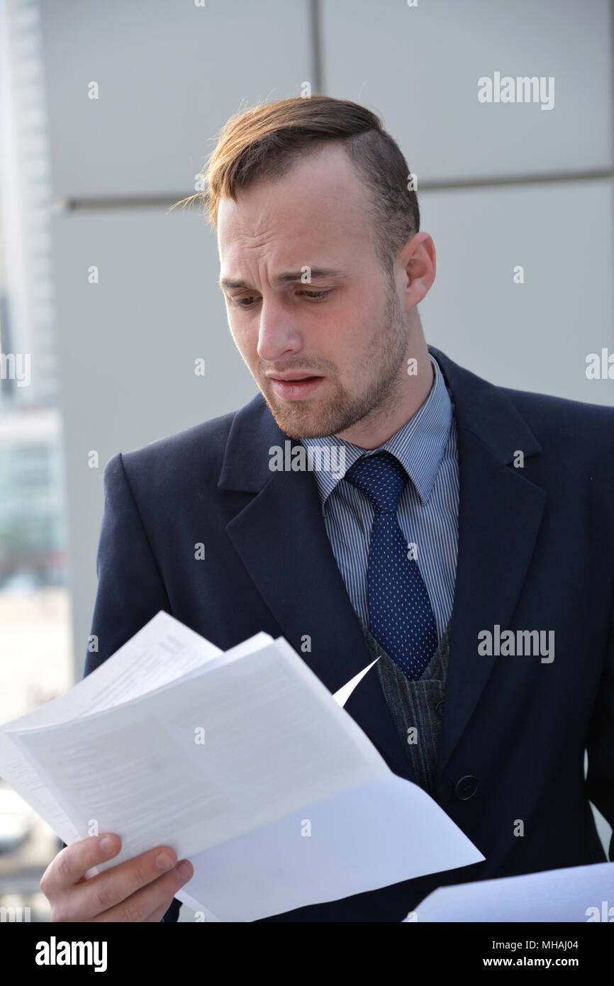 Geschäftsmann emotional Lesen von Dokumenten Stockbild