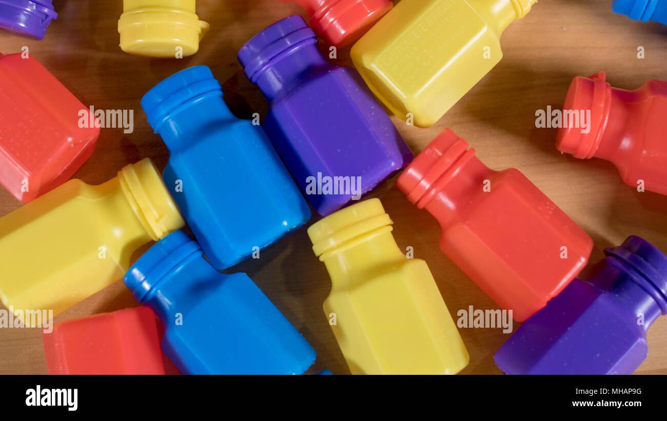 Ein Satz farbiger Flaschen auf dem Tisch Stockbild