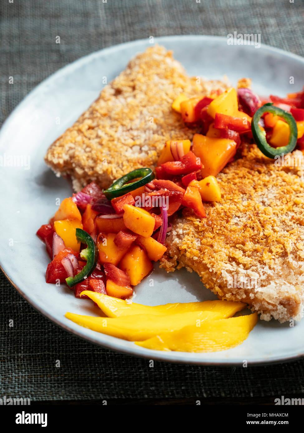 TVP Schnitzel mit einer Mango, Rhabarber Salsa Stockbild