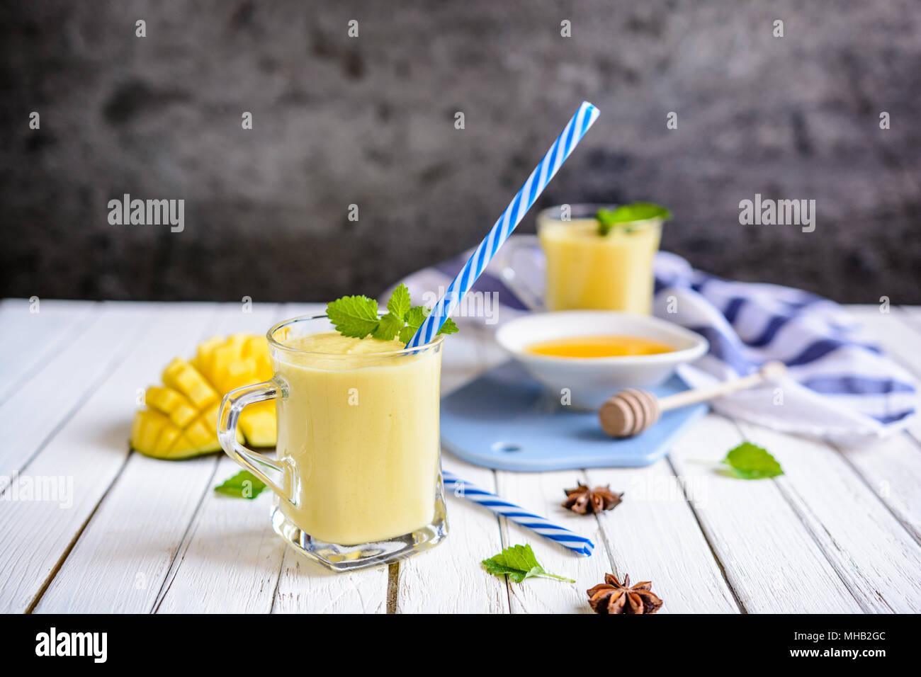 Mango Lassi - Traditionelle indische Joghurt Drink in ein Glas Gläser Stockbild