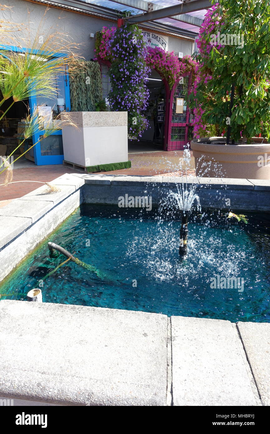 Mann aus Brunnen und Pool für den Garten Dekoration Stockfoto, Bild ...