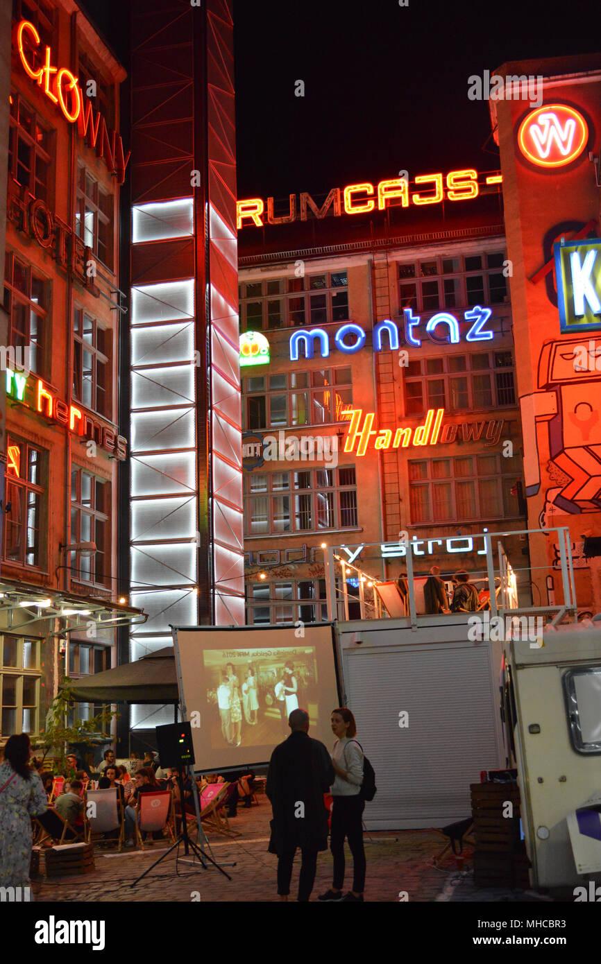 """Nachtleben in der berühmten Galerie """"Neon Seite"""" in Wroclaw, Polen Stockbild"""