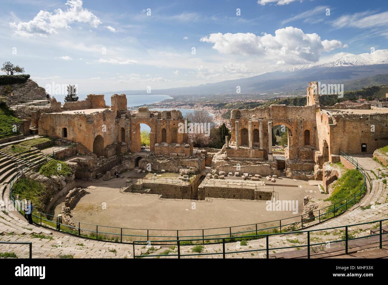 Das antike Theater von Taormina mit Mt. Ätna, Sizilien. Stockbild