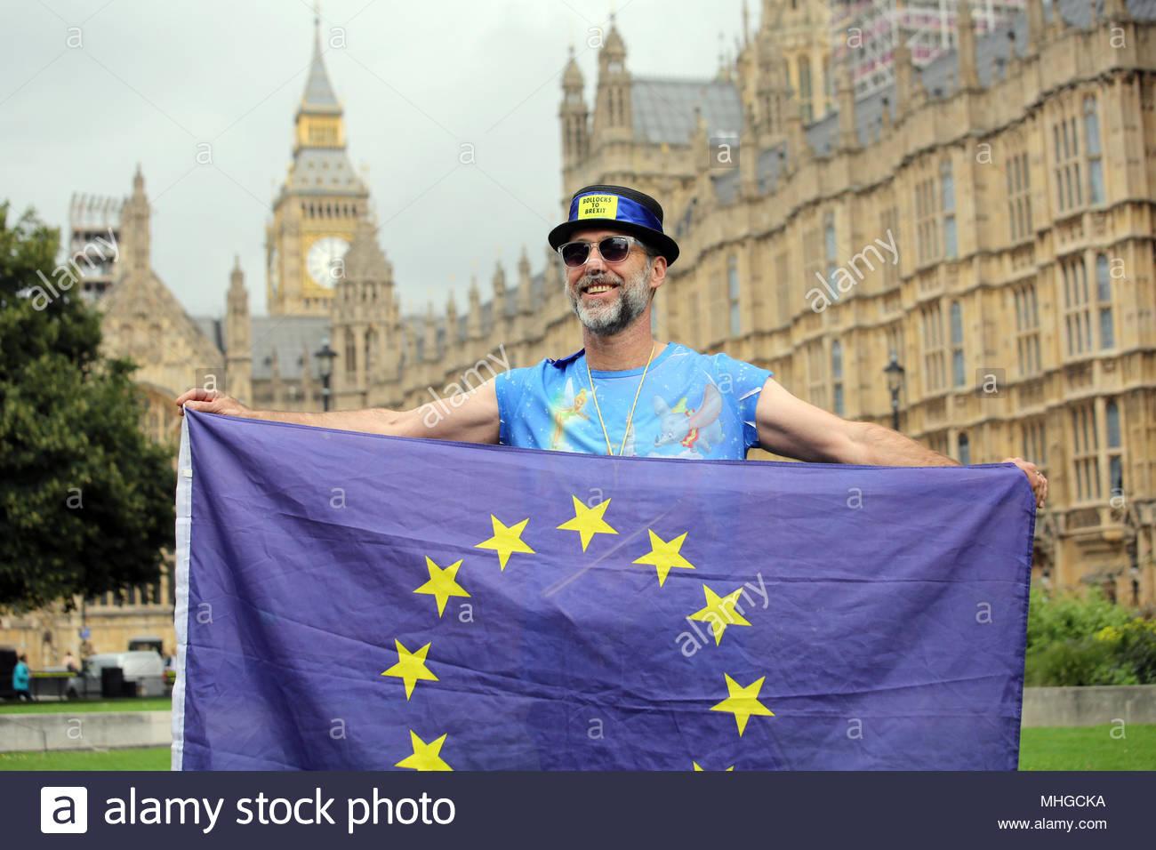 Ein anti-Brexit Demonstrant posiert für die Fotografen bei seinem Protest in Westminster. Stockbild