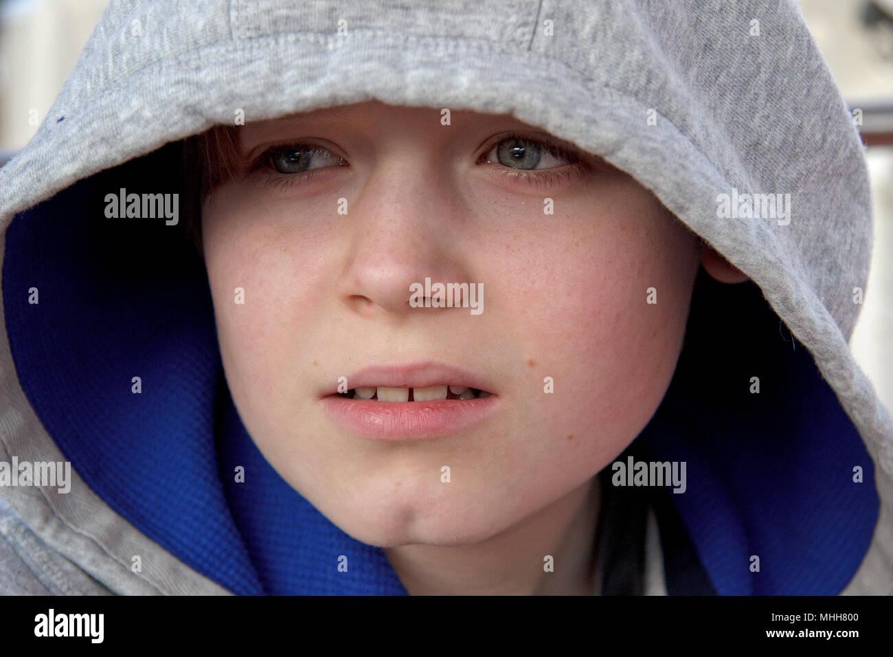 Porträt eines Jungen trägt eine Haube Stockbild