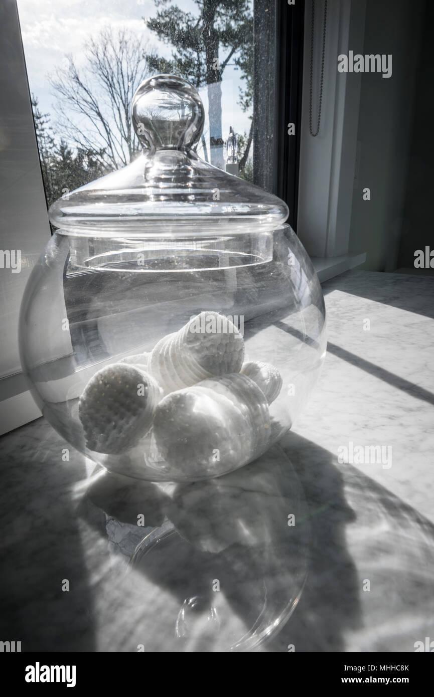Baumwolle Bälle im Glas durch lichtdurchflutete Badezimmer ...