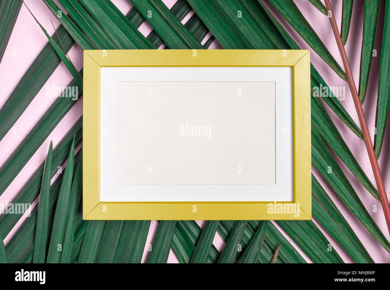 Ansicht von oben Leer gelb Bilderrahmen auf Green Palm Leaf auf ...