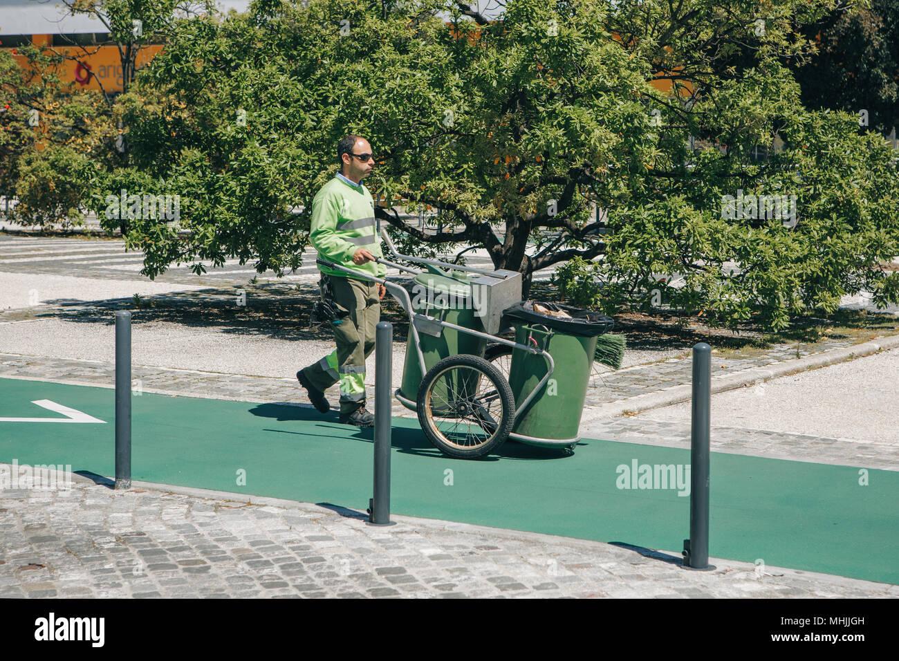 Lissabon, den 25. April 2018: Eine professionelle Reinigungsmittel arbeitet auf einer Straße der Stadt. Reinigung und Pflege von ökologischen Wohlergehen. Stockbild