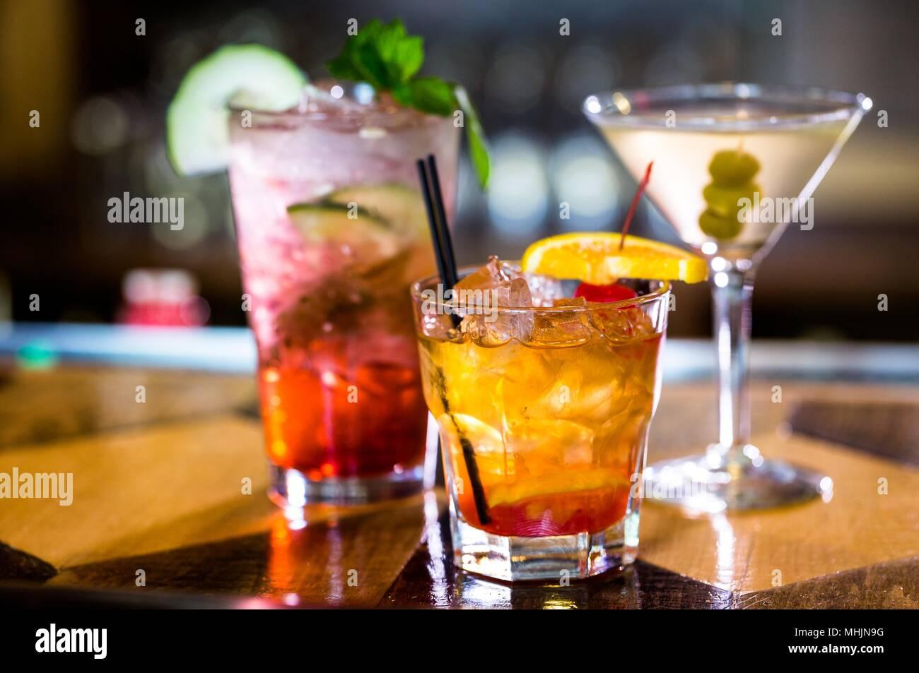 Nahaufnahme der Weingläser auf schwarzem Hintergrund Bier - Alkohol Cocktail gemischt Trinken Stockfoto