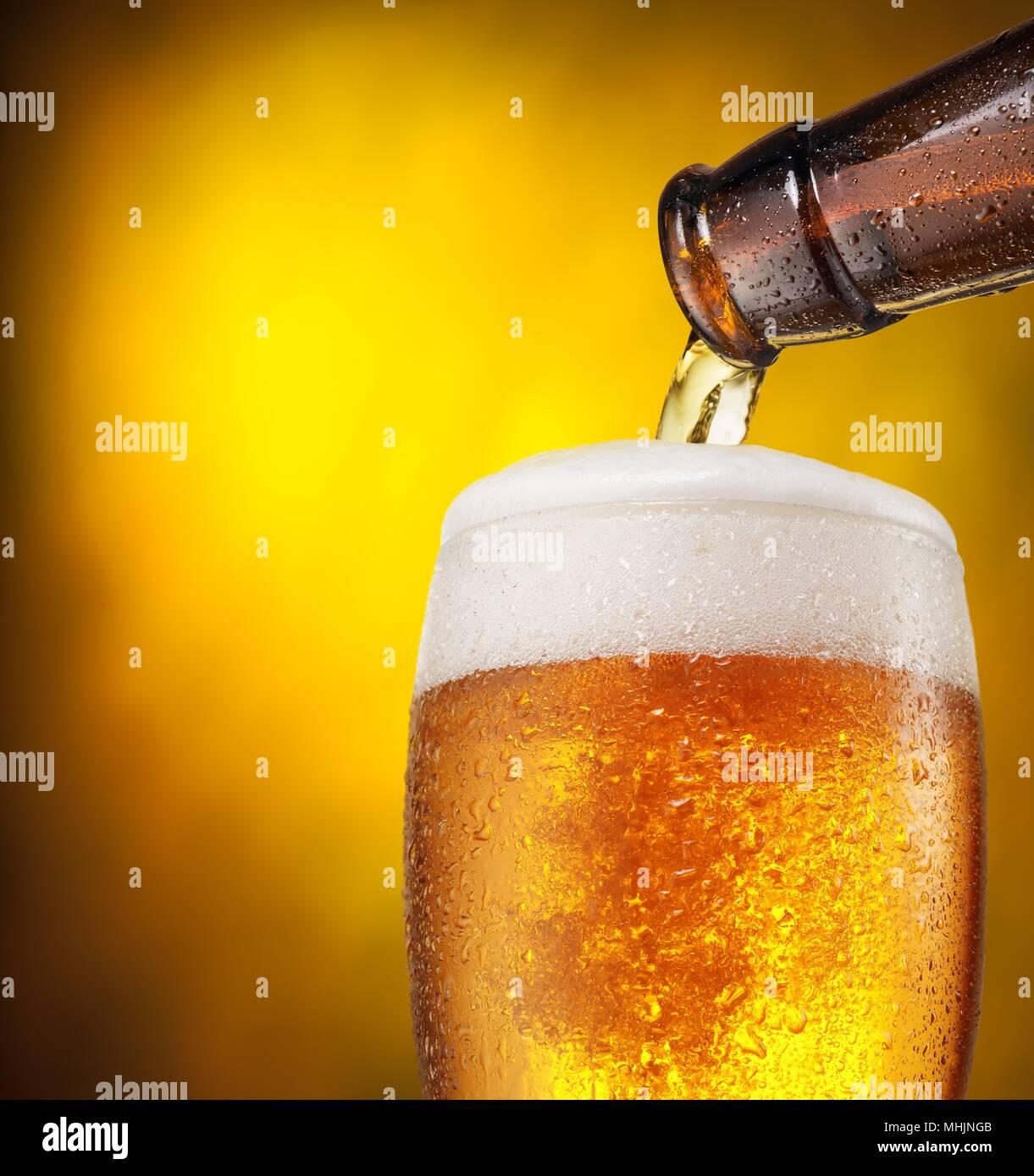Nahaufnahme der Weingläser auf schwarzem Hintergrund Bier - Alkohol Cocktail gemischt Trinken Stockbild