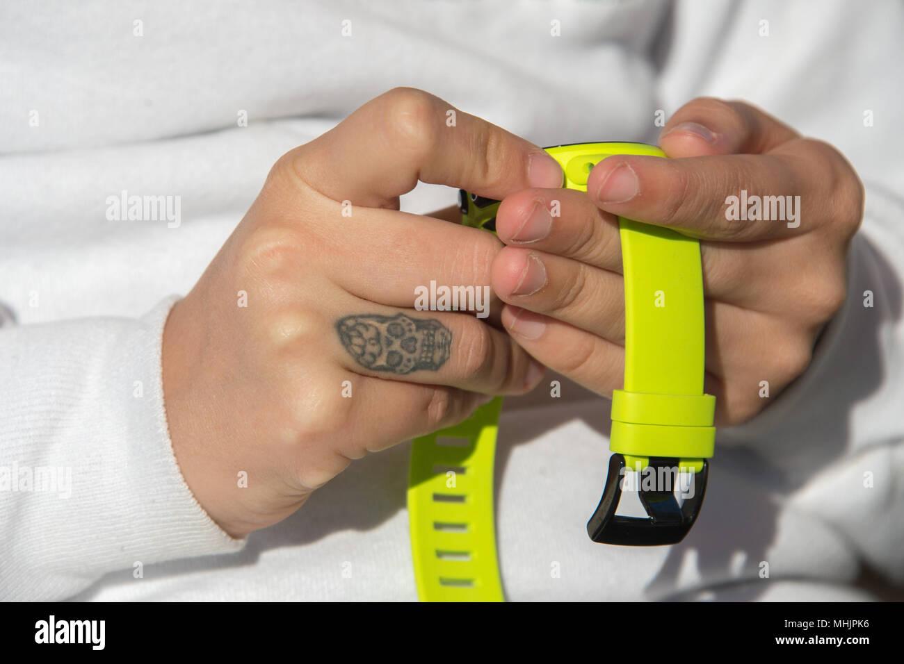 Frau Hande Mit Totenkopf Tattoo Halten Scuba Computer Ansehen