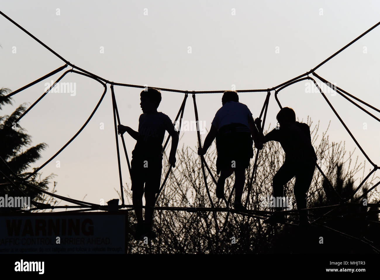Klettergerüst Aus Seilen : Kinder spielen auf modernes hohes klettergerüst mit seilen und polen