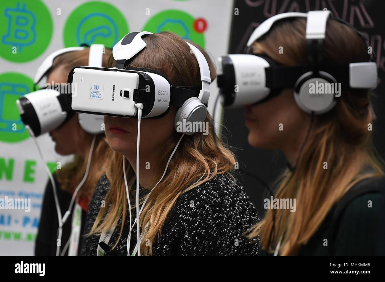02. Mai 2018, Deutschland, Berlin: Junge Frauen im VR-Brille im ...