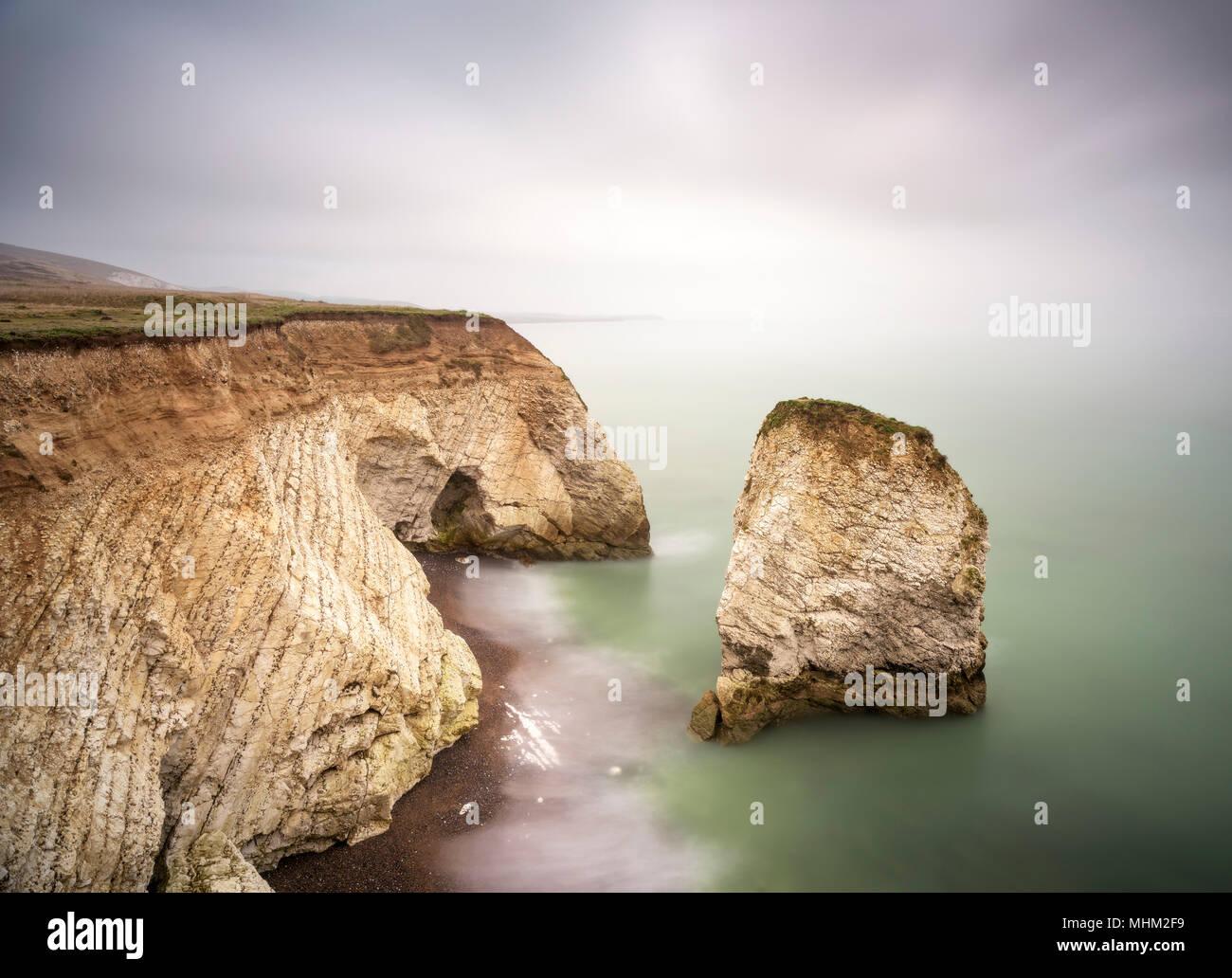 Neblig Küsten an den Klippen am Meer, lange Belichtung Stockbild