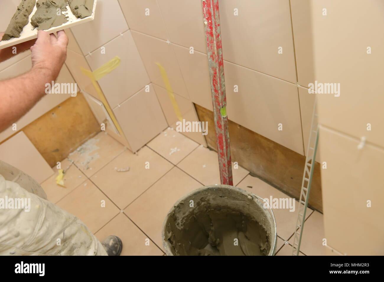 Festlegung der keramischen Fliesen im Badezimmer erfordert ...