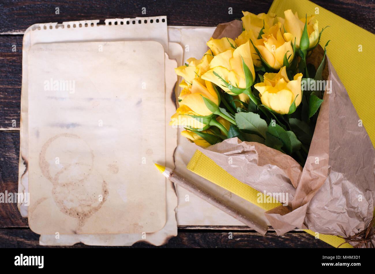 Rahmen Mit Gelben Rosen, vintage Papier, Notizbuch und Bleistift auf ...
