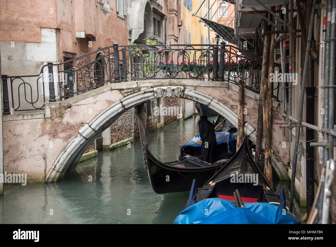 Eine Kanalbrucke Mit Gondeln Gunstig Gegen Mauern Bauen Stockfoto