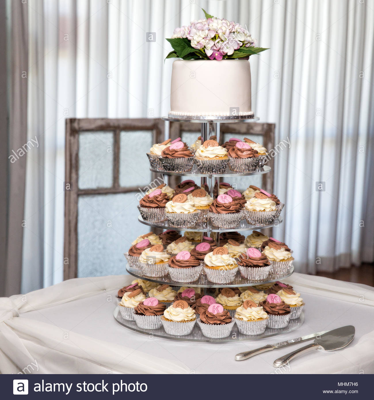 Stufe Der Cupcakes Und Hochzeit Kuchen Gekront Mit Blumen Stockfoto