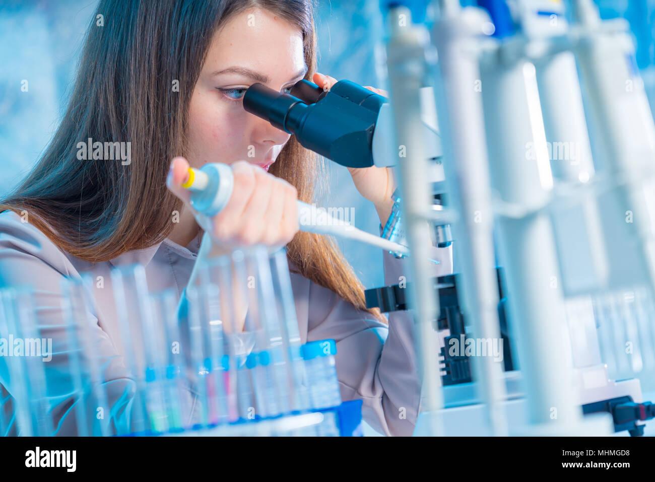 Junge Chemiker im Labor. Wissenschaftler mit Mikroskop im Labor Stockbild