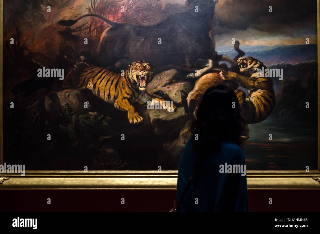 Frauen schätzen das Kunst Stück am Nationalmuseum von Singapur. Die Galerie überwacht die grösste öffentliche Sammlung der Welt von Singapur. Stockbild