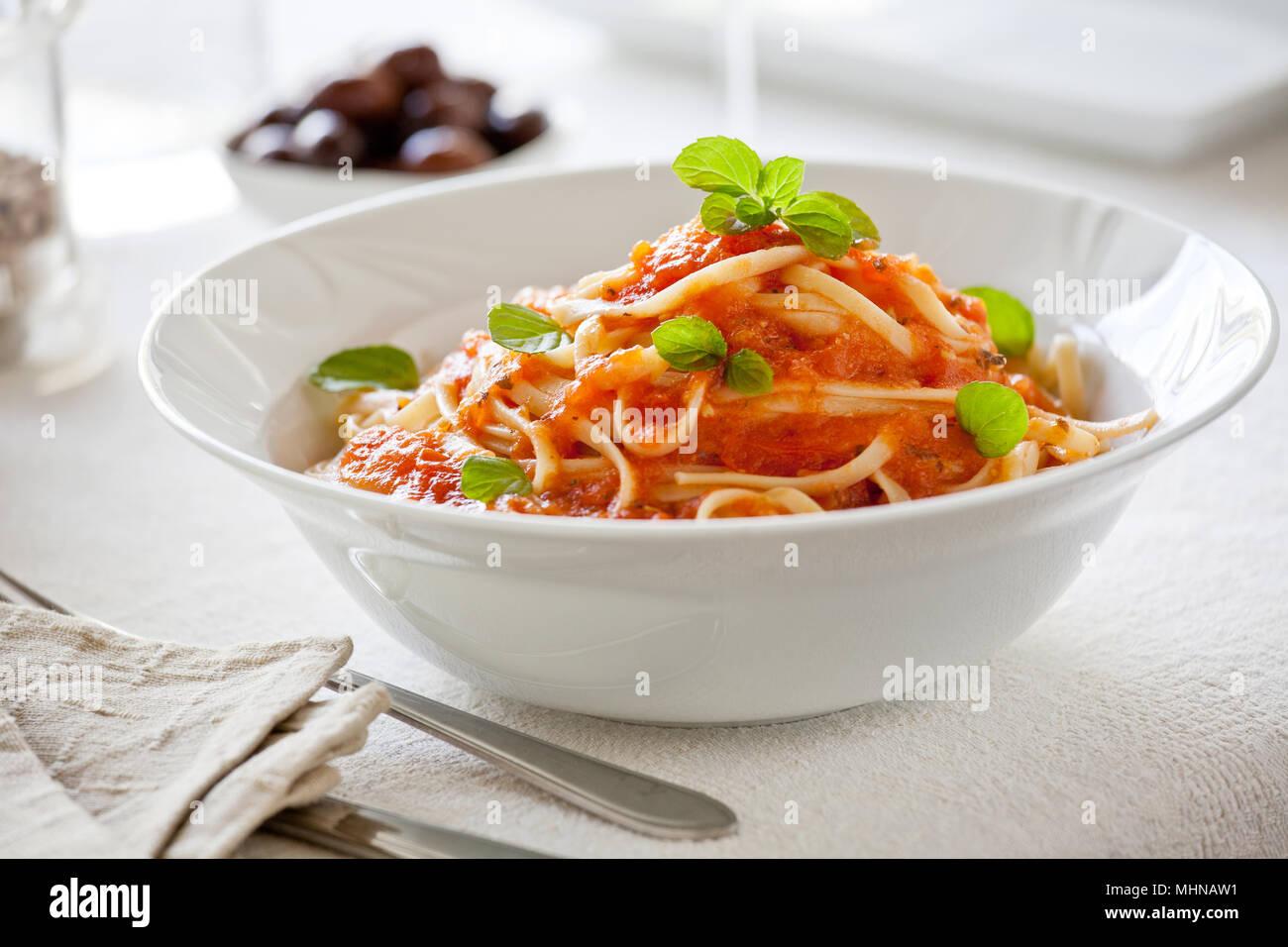 Schüssel Nudeln mit hausgemachten Bio Tomatensoße Stockbild