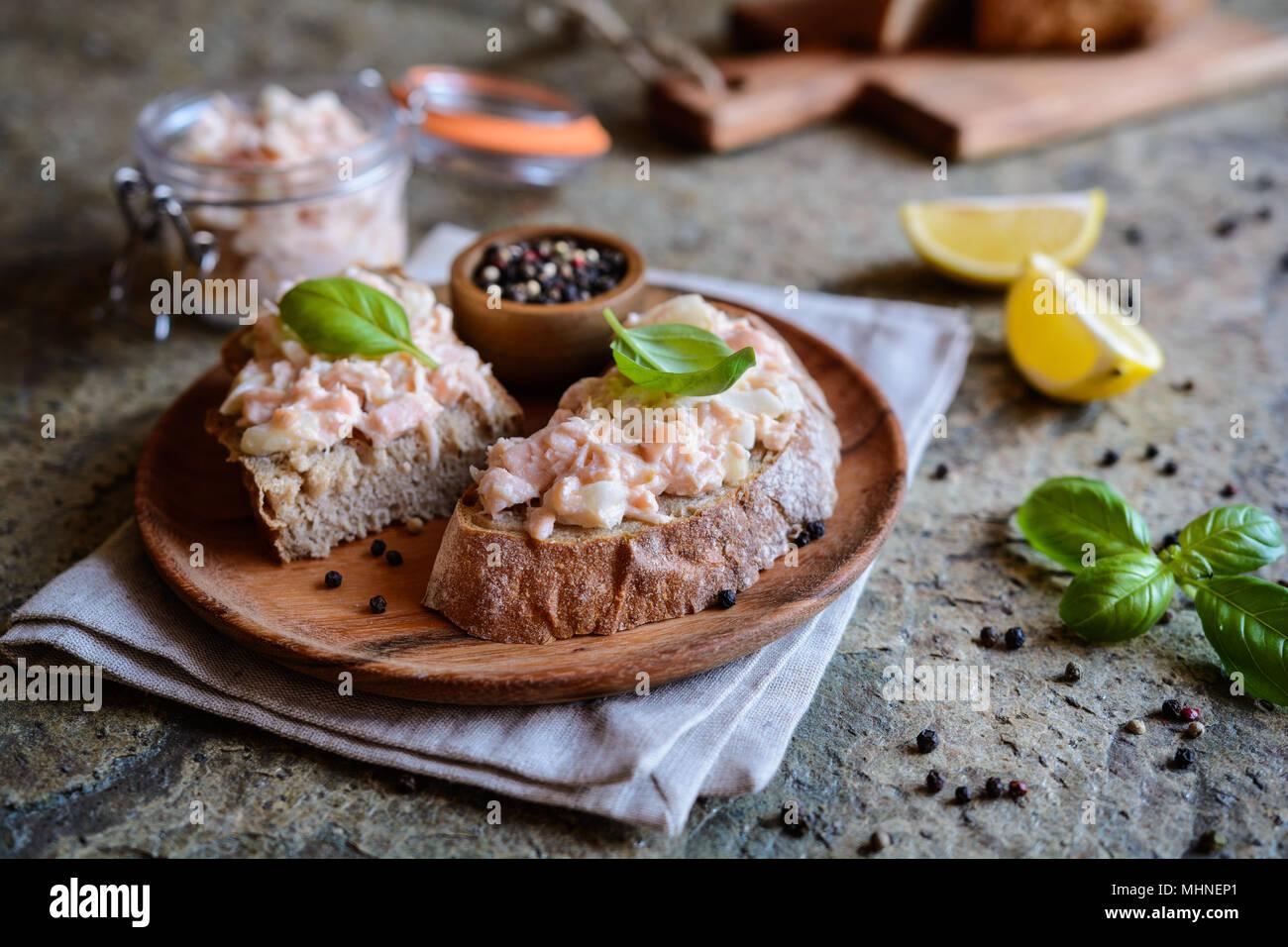 Lecker Lachs mit Frischkäse und Zwiebeln auf Vollkorn Brotscheiben Stockbild