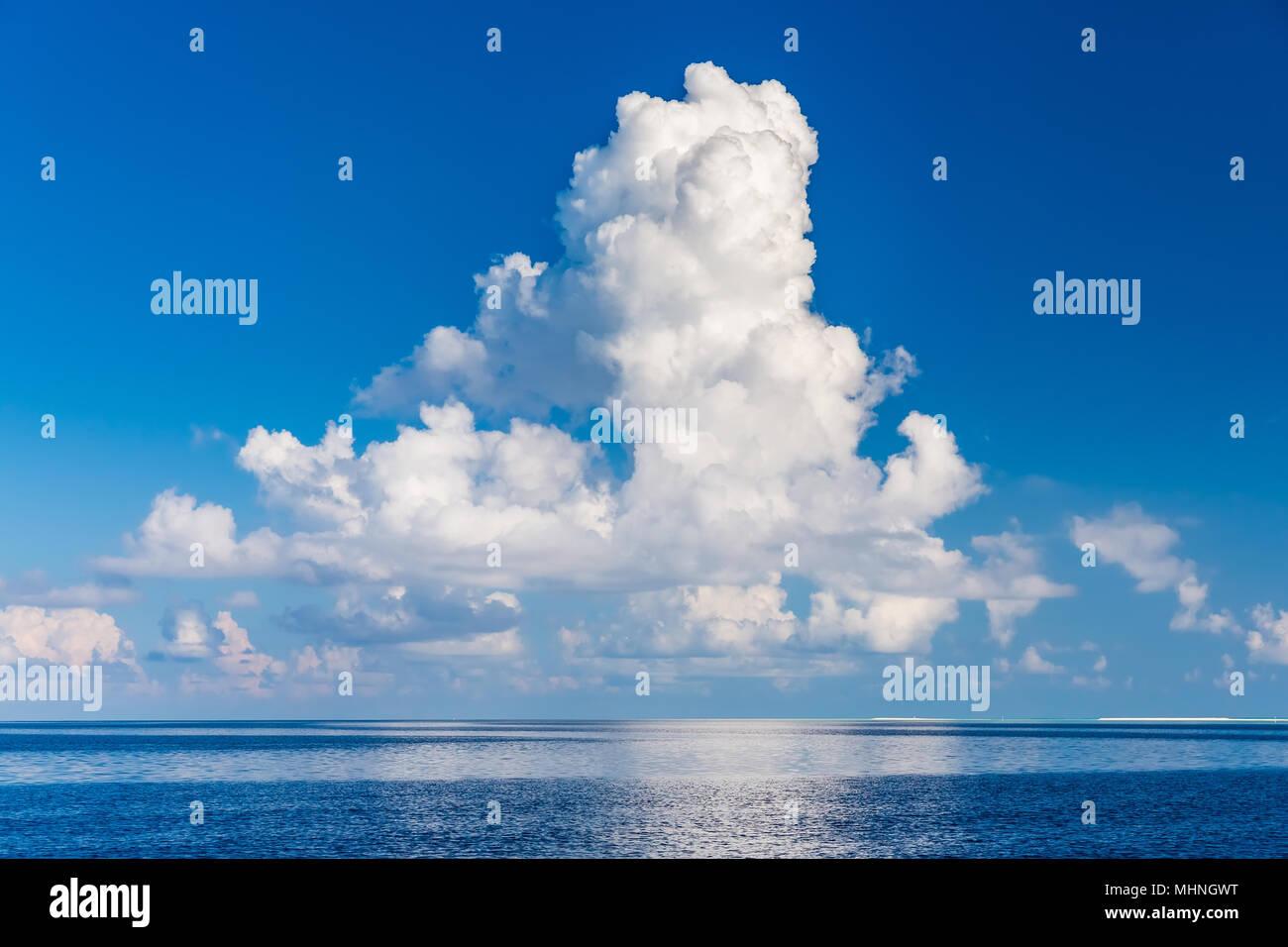 Schöne Wolken über dem Ozean Stockbild