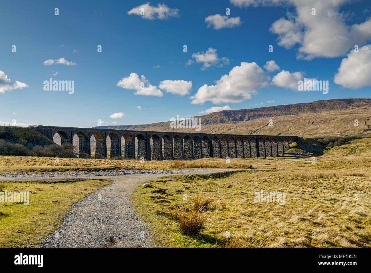 Eine Fernsicht auf die ribblehead Viadukt, an einem sonnigen Tag Stockbild