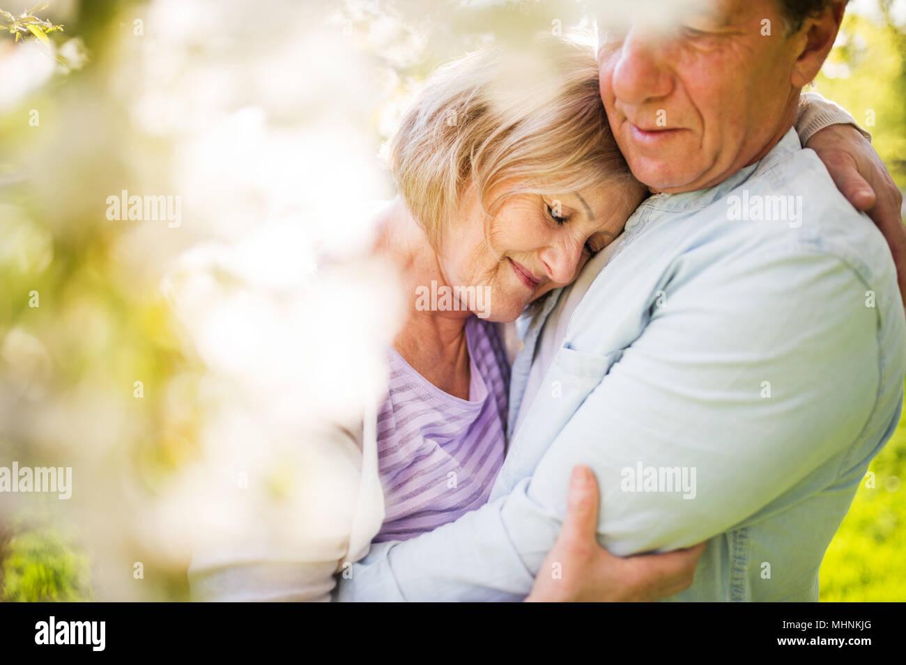Schönes älteres Ehepaar in Liebe außerhalb im Frühjahr die Natur. Stockbild