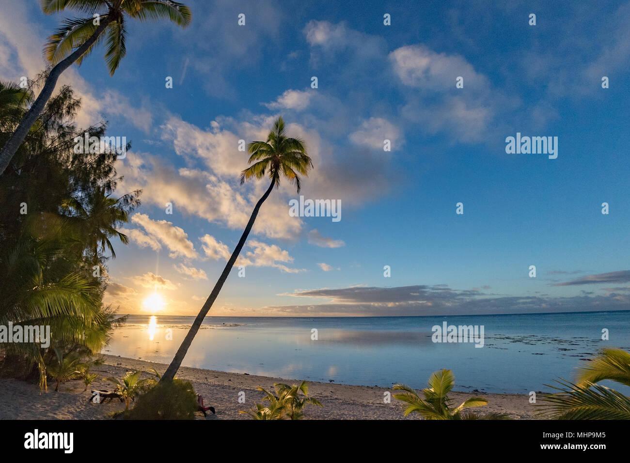 Aitutaki Island Polynesien Strand Wunderschöne rote Sonnenuntergang in Cook Inseln Stockbild