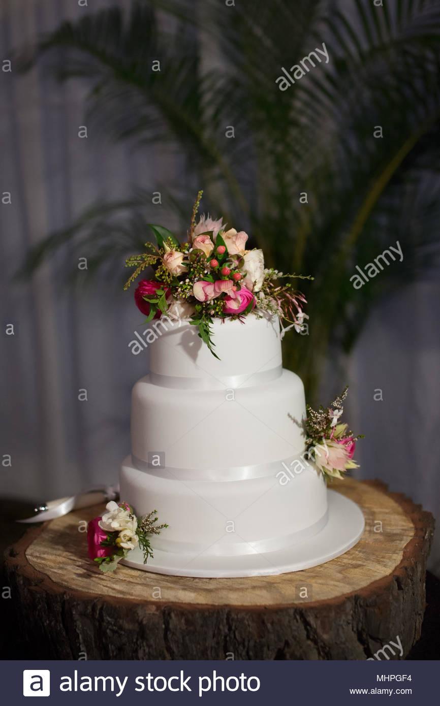 Drei Abgestufte Hochzeitstorte Einfach Vereist Und Dekorieren Sie