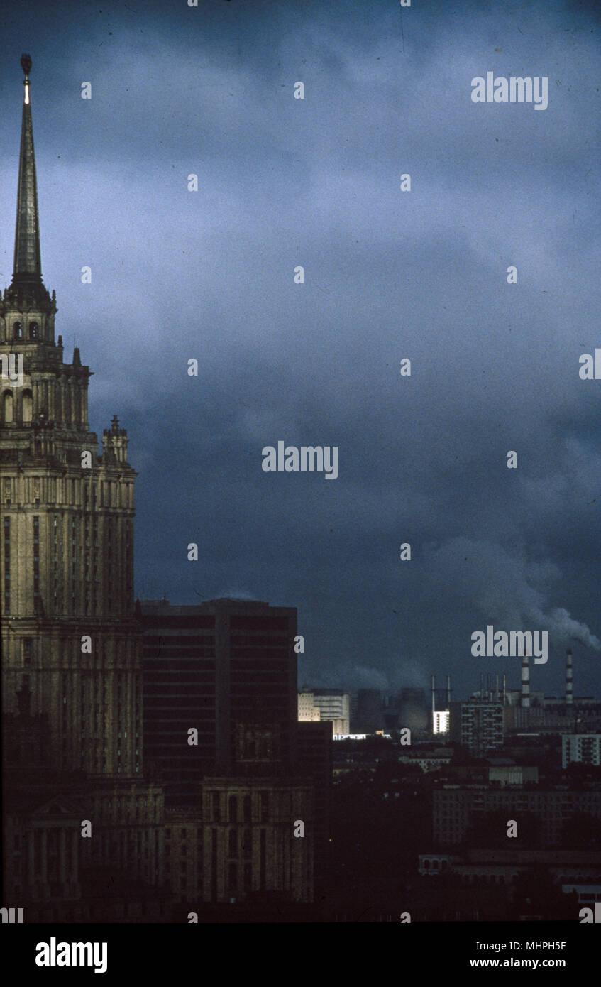 Aussicht auf Moskau bei Nacht, mit dem Ministerium für Auswärtige Angelegenheiten Gebäude auf der linken Seite und Fabrikschloten in der Ferne. Datum: ca. 1990 s Stockbild