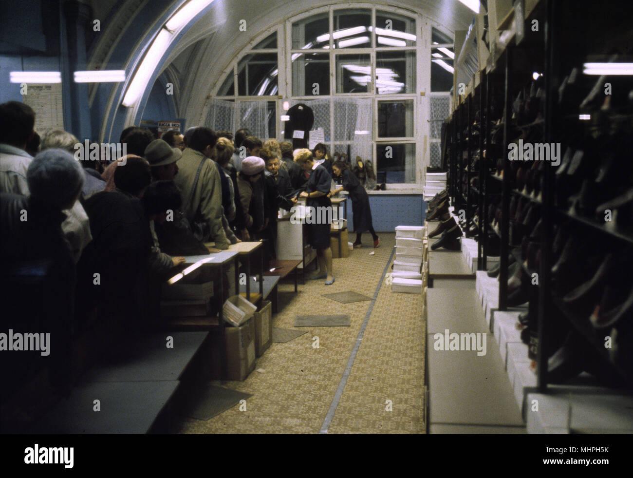 Käufer in einem Schuhgeschäft in dem Kaufhaus GUM, Moskau, Russland. Datum: ca. 1990 s Stockbild