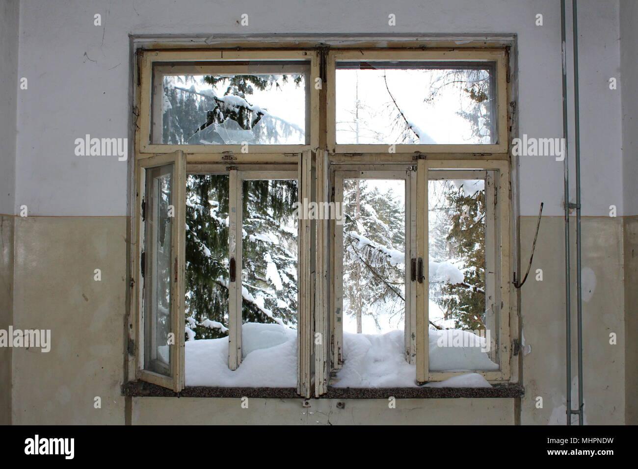 Alte Fenster in verlassenen Haus mit Glasscherben und ...