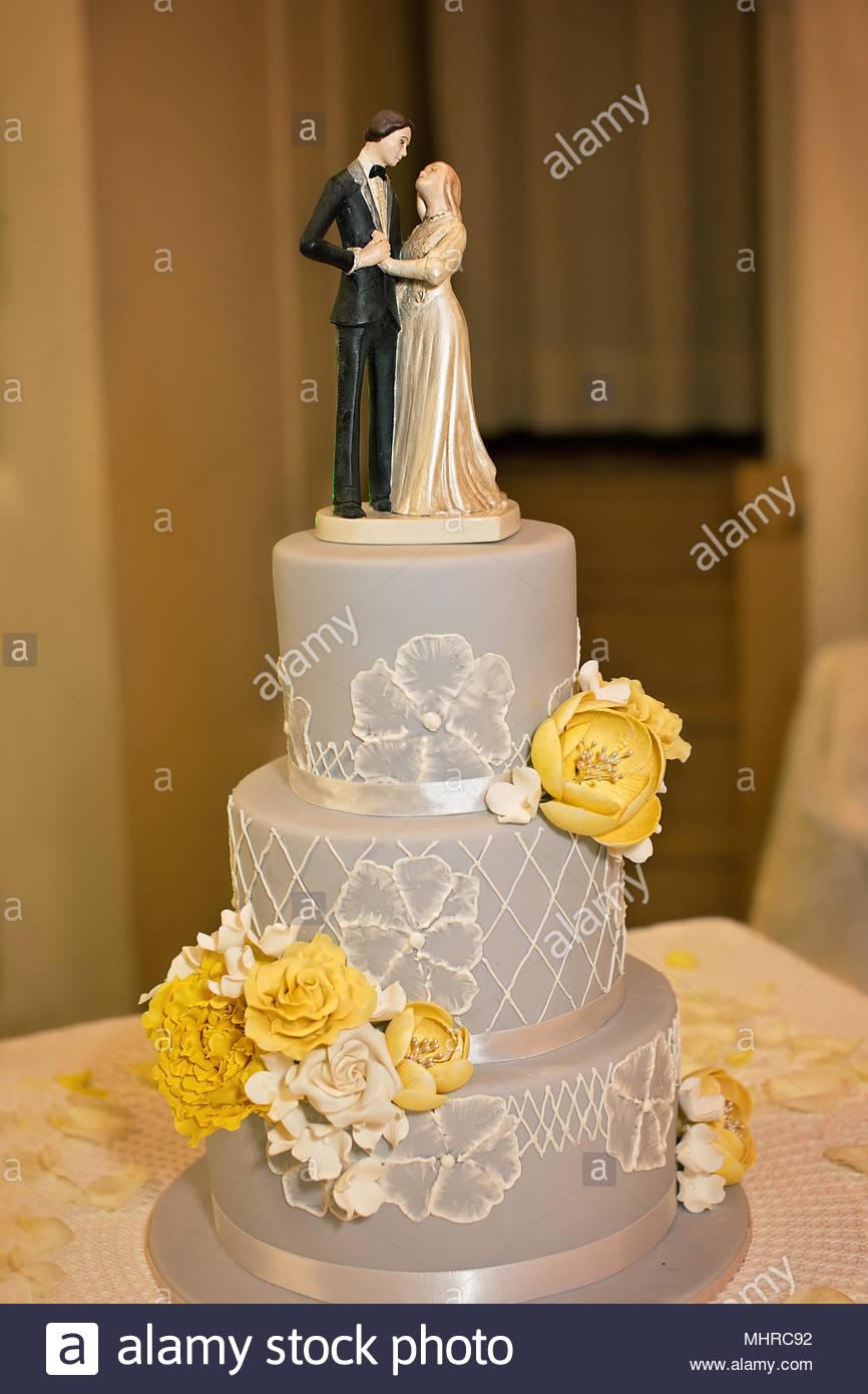 Drei Abgestufte Hochzeitstorte In Grau Gelb Und Weiss Stockfoto