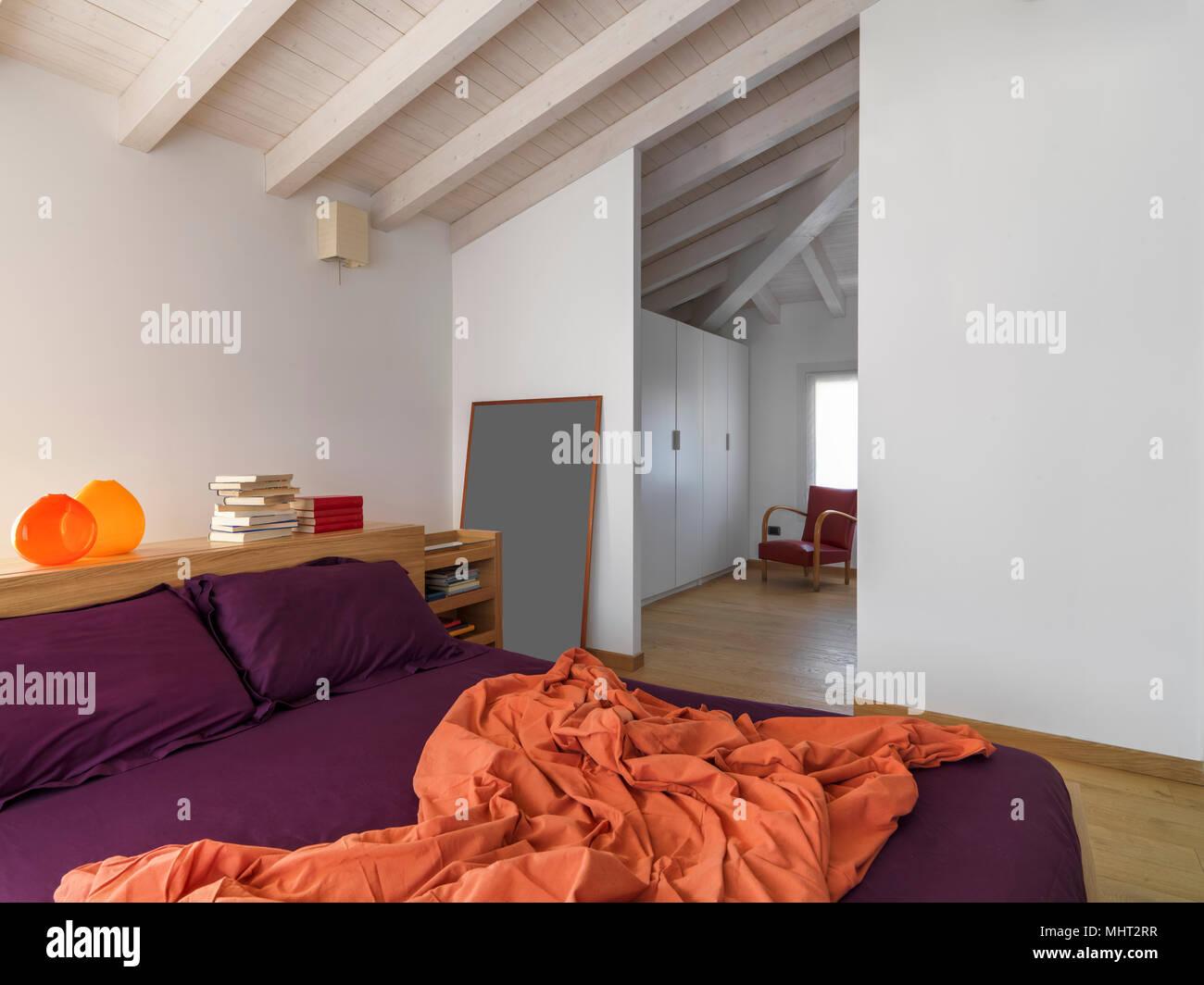 Interieur Schüsse eines modernen Schlafzimmer im Dachgeschoss Zimmer ...