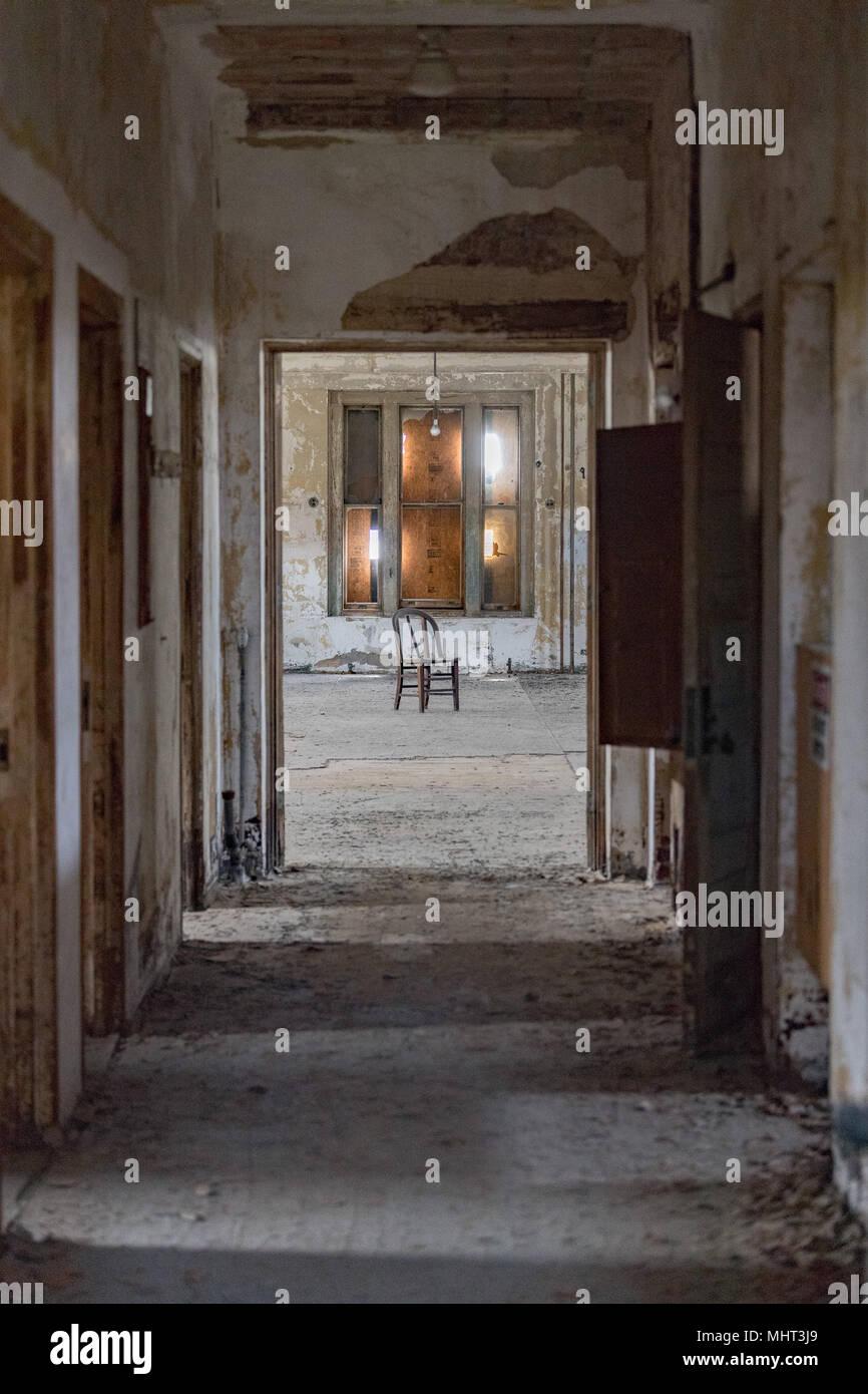 Verlassenen psychiatrischen Krankenhaus innere Zimmer anzeigen Stockbild