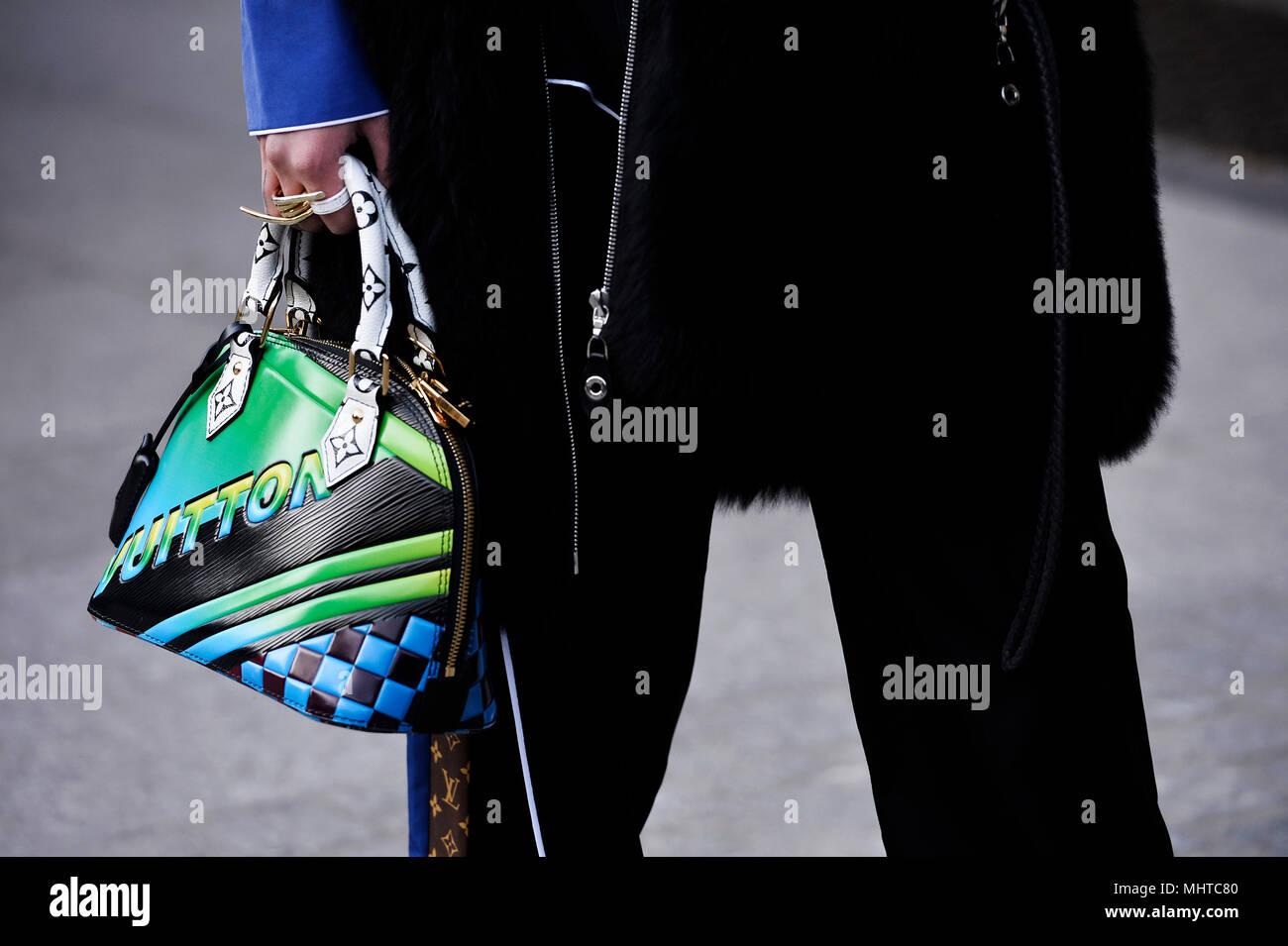956e160d5bee1 Frauen mit einer Louis Vuitton Tasche - Paris - Frankreich Stockfoto ...