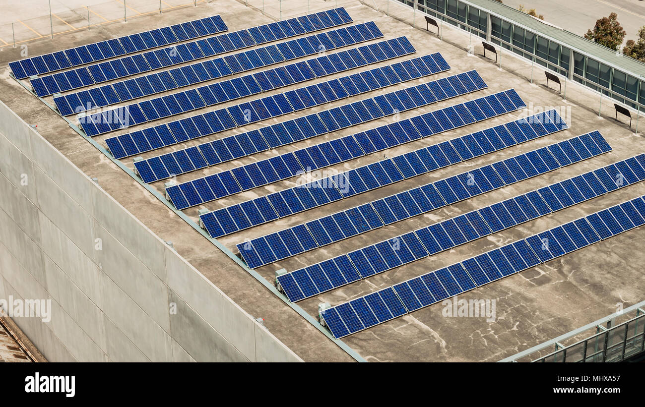 Solar Panel farm Einrichten über Dach in Südaustralien Stockbild
