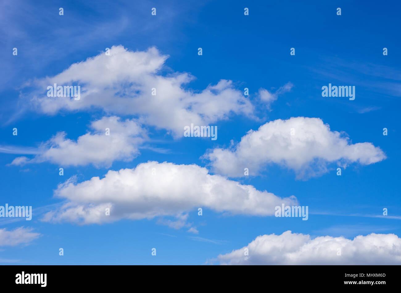 Die wolkenbildung gegen den blauen Himmel. Stockfoto