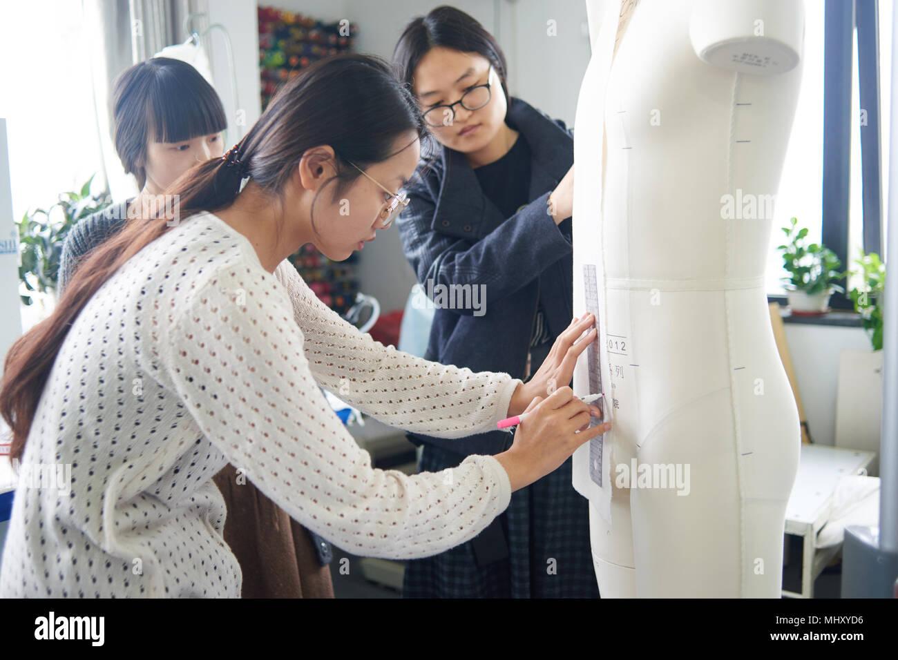Praktikant Modedesign in das Studio zu studieren Stockfoto
